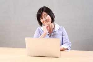 神奈川県横浜市IT便利屋.com ノートPCで困っている女性